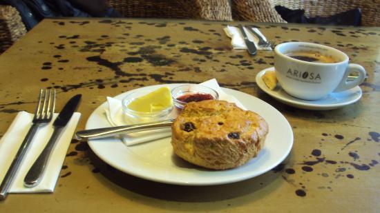 The Lemon Leaf Cafe: Lovely raisin scone with locally roasted americano