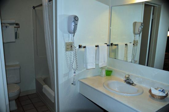 Rodeway Inn : Bathroom
