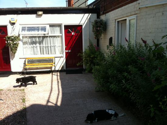 Fairway Motel: Secure rfont doors to rooms,all ground floor.