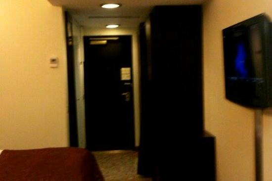 Radisson Blu Hotel, Oulu: Door and cloth hanger stand on the right