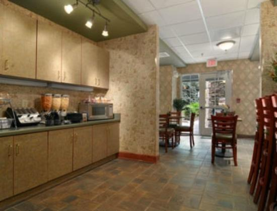 Microtel Inn & Suites by Wyndham Atlanta/Perimeter Center : Breakfast Area
