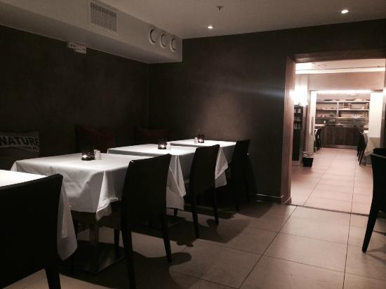 Zeer ongezellige open keuken van een even ongezellig restaurant ...
