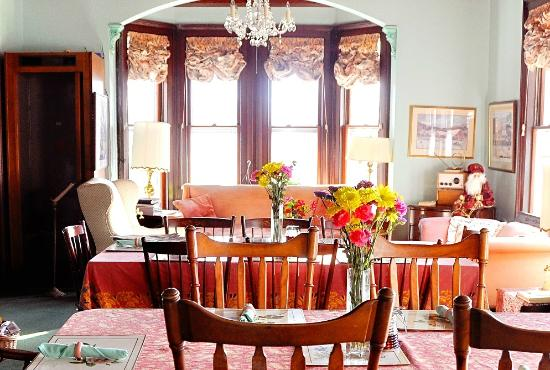 Homestead Inn: Living Room/common area where we enjoy wine & cheese with our guests on Friday and Saturday even
