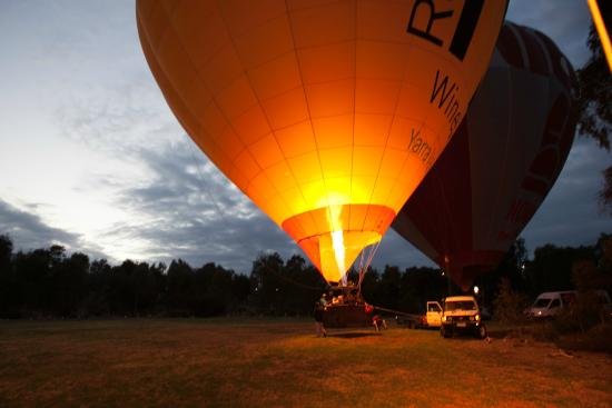 Global Ballooning - Melbourne and Yarra Valley: firing up