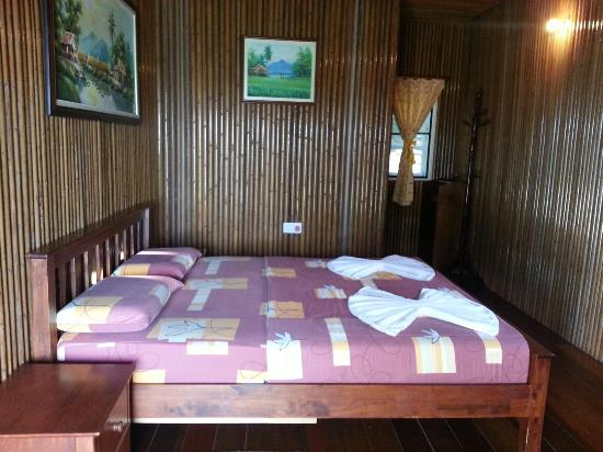 Tempurung Seaside Lodge : Queen sized bed lodge