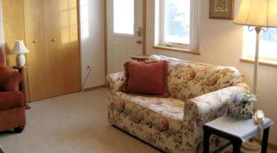 Alaska Garden Gate B & B: Blossoms guest apartment living room