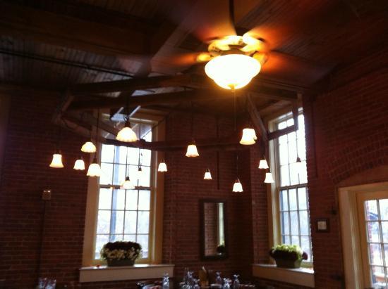 The Common Man Inn : Just loved the lighting in the restaurant