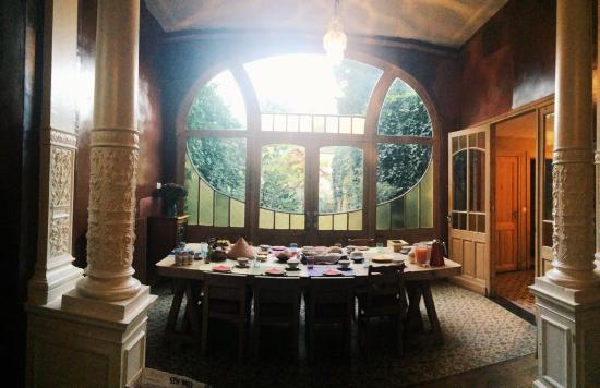 La Maison Zenasni: Breakfast table with huge window overlooking a garden - great natural lighting