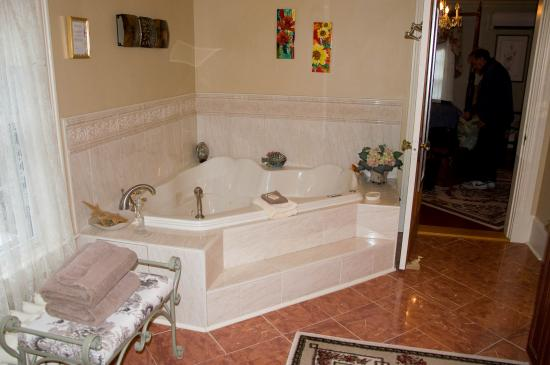 The Tulip Tree Bed & Breakfast: lovely jacuzzi tub