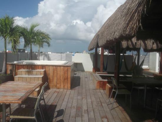 Hostel Mundo Joven Cancun: Terraza. Aqui se desayuna, en las noches se puede tomar algo, hay jacuzzi, sala de tv