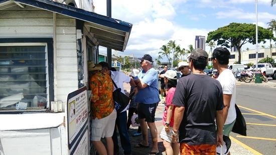 Sashimi Fun Fishing: 乗船名簿に登録。支払いがまだの人はここでチェック。