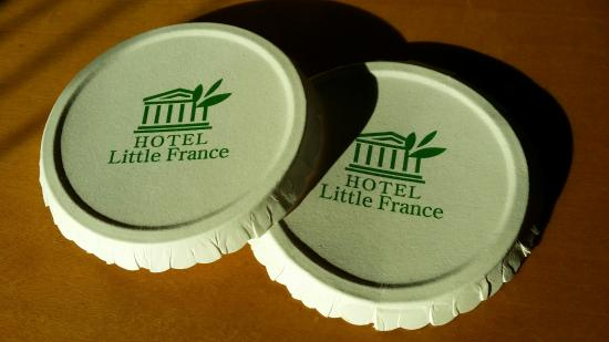 Little France Hotel: Cup cover from the hotel