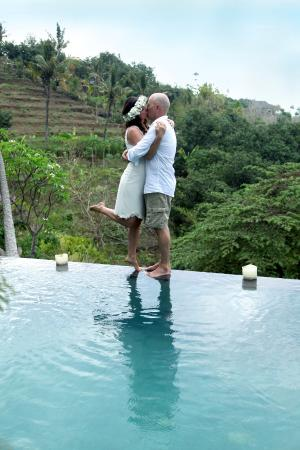 Lovina Beach, Indonesia: Wedding by the pool in the pool villa