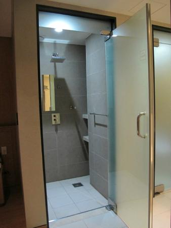 Rian Hotel: Shower area