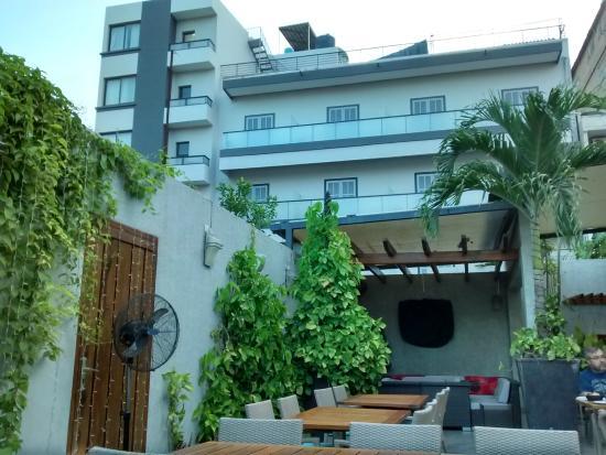 Farid Hotel Restaurant Dakar: View of the hotel from the restaurant