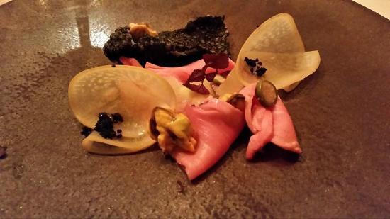 Hotel Restaurant Frankenbourg : Veau à froid, mousse légère d'huile d'olive au citron, navet cendré, moules et encre de seiche