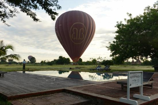 Kumudara Hotel Bagan: Hot air balloon landed near the swimming pool area