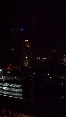Narai Hotel: Vista à noite da janela do nosso quarto
