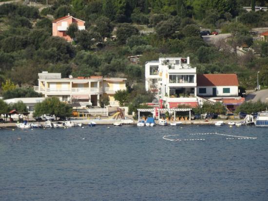 Apartments Holidays Roko: Vom anderen Ufer: Balkon Nr. 1 ist oben rechts