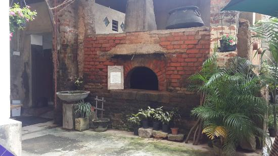 The Heritage Cafe: Старая печь во внутреннем дворике.
