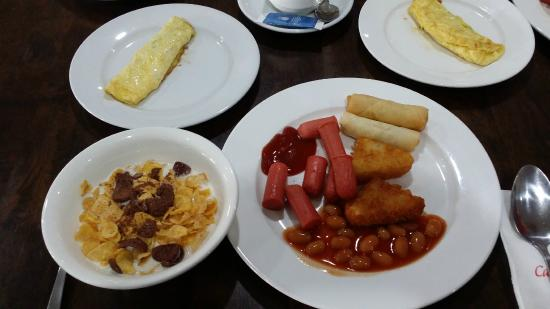 Carlton Holiday Hotel & Suites: Some of breakfast choices