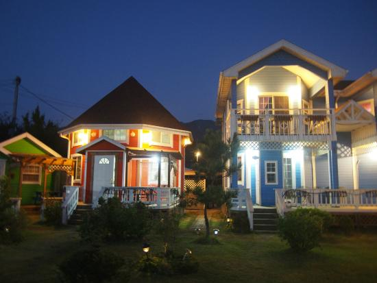 Polaris Pension: night view of the guesthouse