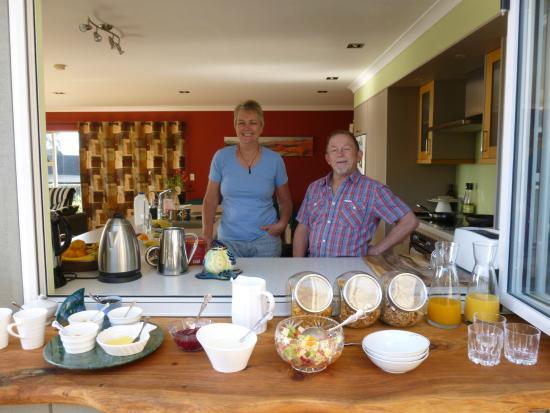 Hahei Horizon Bed & Breakfast: Kay und Peter vor dem Frühstücksbuffet