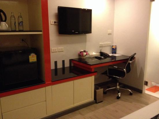 Klassique Sukhumvit : Facilities : tv, desk, fridge, safe deposit box