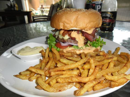 Green Tamarind Kitchen : Bacon Swisscheese burger et frites maison