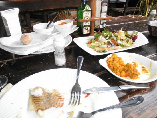 Cafeteria Cejas : Papas arrugadas, pescado (con ensalada) y ropa vieja.