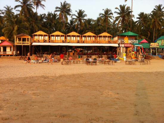 Neptune Point Beach Resort: Front view from beach