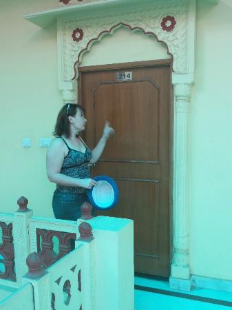 Konark Palace Hotel: Дверь нашего номера