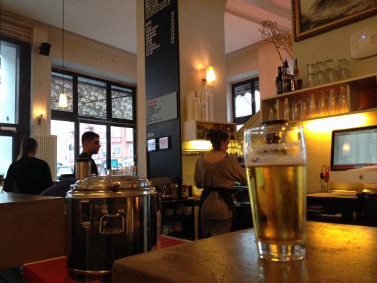 St. Oberholz Restaurant: Lugar super agradable para tomar cualquier cosa! Cerveza bueniisima, cafes y zumos!! ;-)