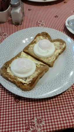 Le Cafe De Paris : eggs on toast