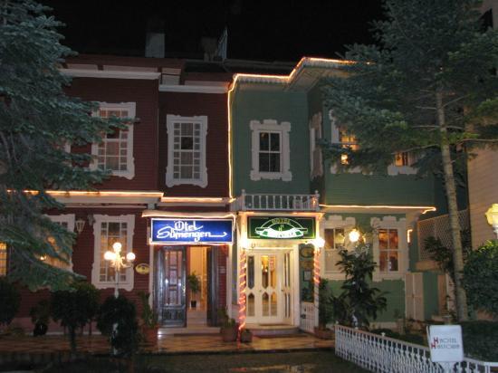Historia Hotel : Фасад отеля (справа на фото)