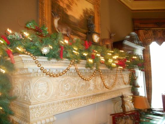 Conrad-Caldwell House Museum (Conrad's Castle): Christmas Mantle decoration