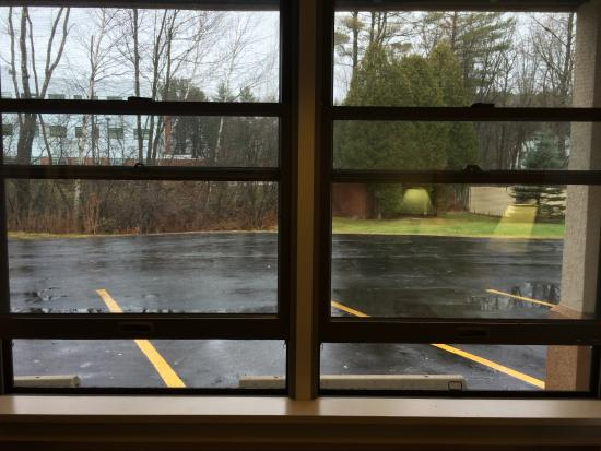 Days Inn Lebanon/Hanover : Ground floor view from room 102. Note that windows can be opened!