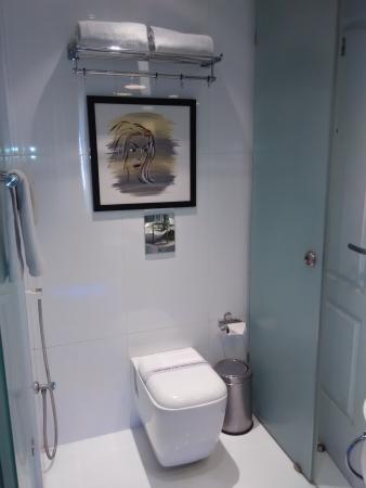 Mango Hotel: Bathroom