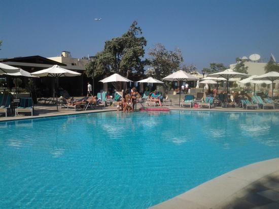 Vue des bungalows photo de amathus beach hotel rhodes for La piscine new york restaurant