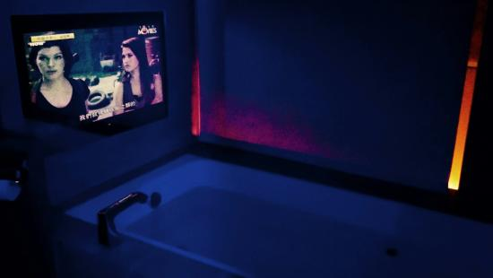 the tango taipei fuhsing bathtub with tv in front and dim theatre like lighting bathtub lighting