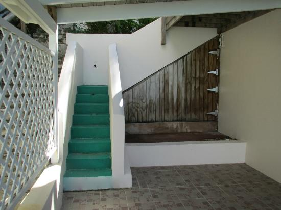AppleSurf Seaside Villas: Stairs down to Villa