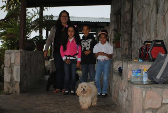 Campamento Chivaton : La Familia de Romelia y los educados niños que allí viven