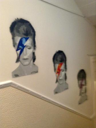 Astor Queensway Hostel: Una de las paredes!