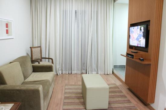 Cortinas Sala Pequena Apartamento ~  sala do apartamento com sofá, poltronas e TV (atrás da cortina fica