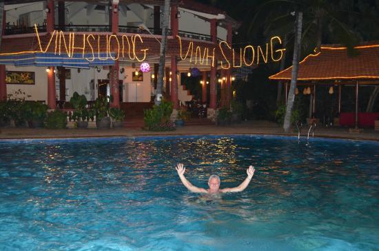 Vinh Suong Seaside Hotel: Бассейн и ресторан