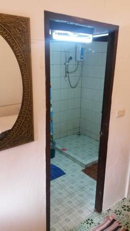 Phi Phi Long Beach Bungalow: Туалет в бунгало с кондиционером.