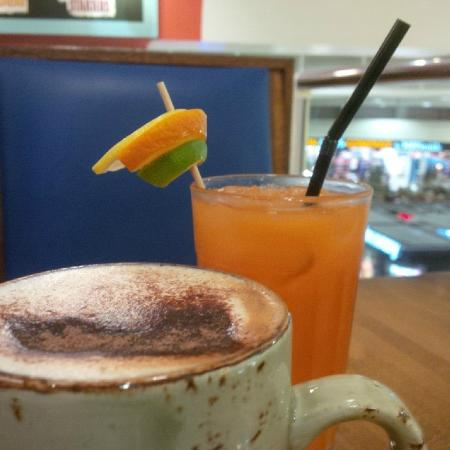 Armadillo Cafe and Grill: Armadillo Juice and Cappuccino