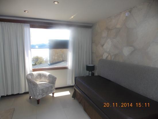 Bahia Paraiso : Sala de estar con vista al lago