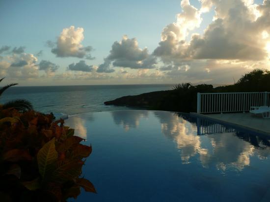 Hotel Amaudo: Vyhled od bazenu na surfarsky zaliv Anse a la Barque