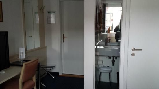 Das Mini Badezimmer - Picture Of Alpen Hotel Munchen, Munich ... Mini Badezimmer